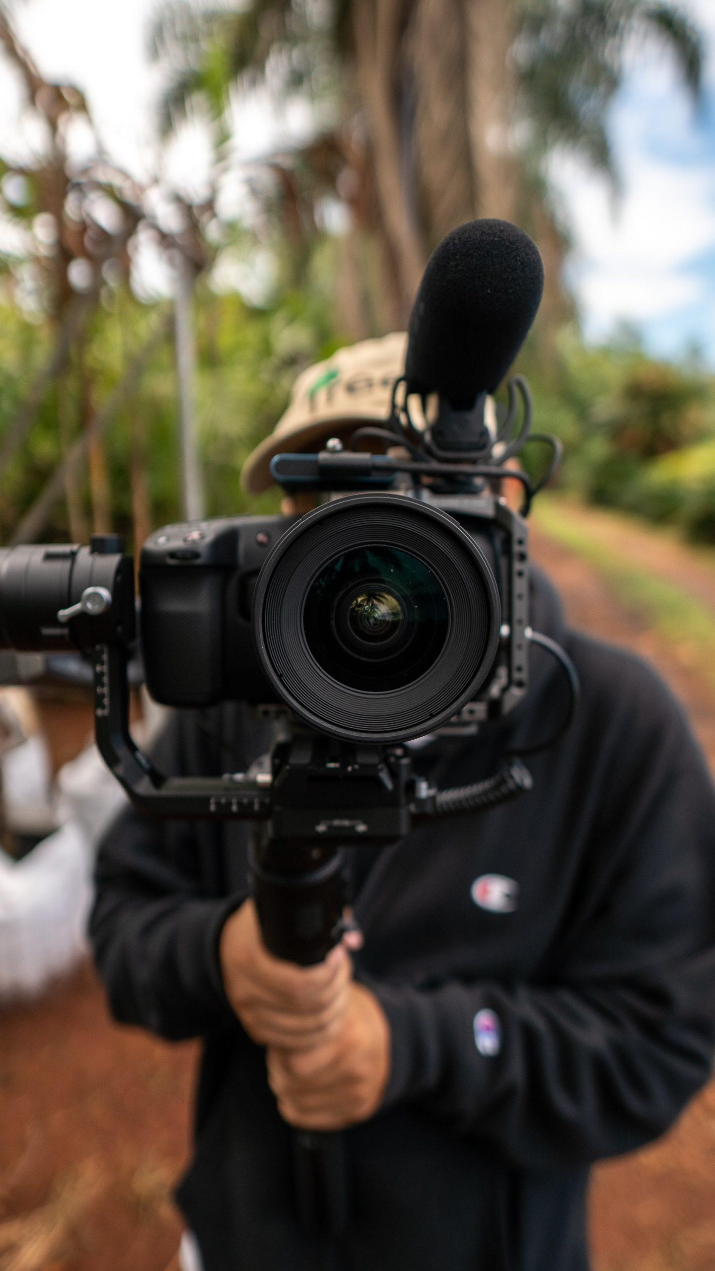 Homme tenant une caméra de cinéma