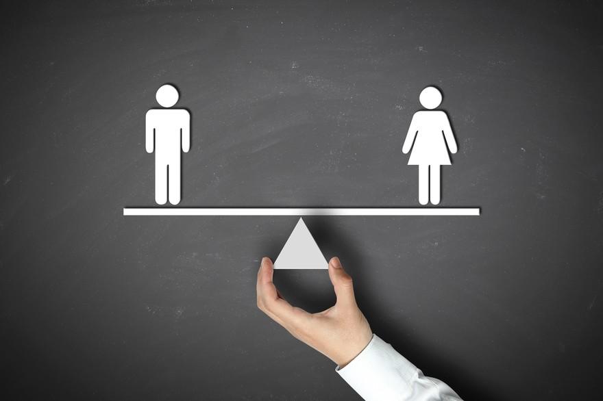Bonhomme homme et femme sur une balance