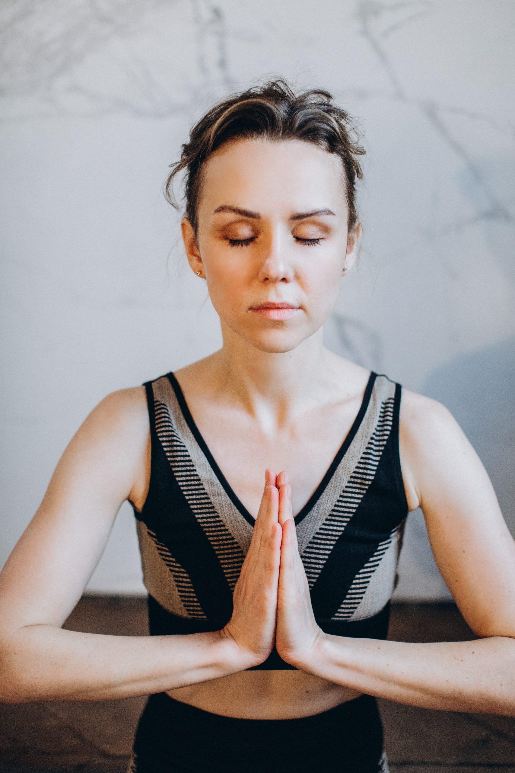 Image d'une femme faisant de la meditation