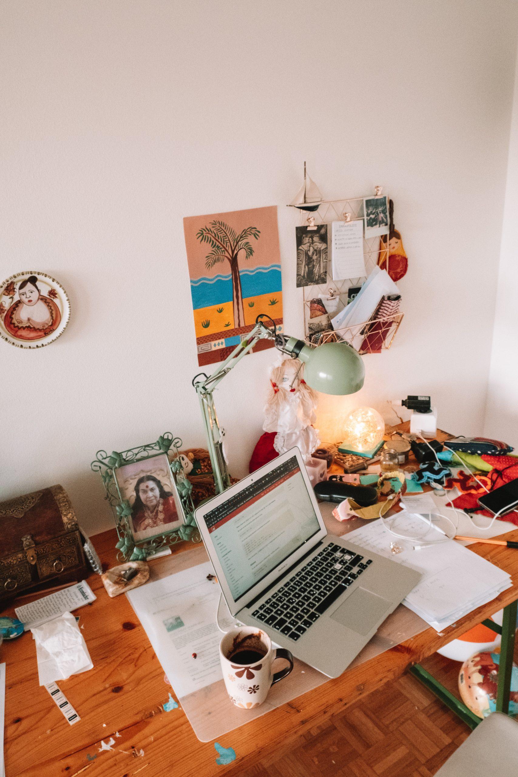 photo d'ordinateur sur un bureau